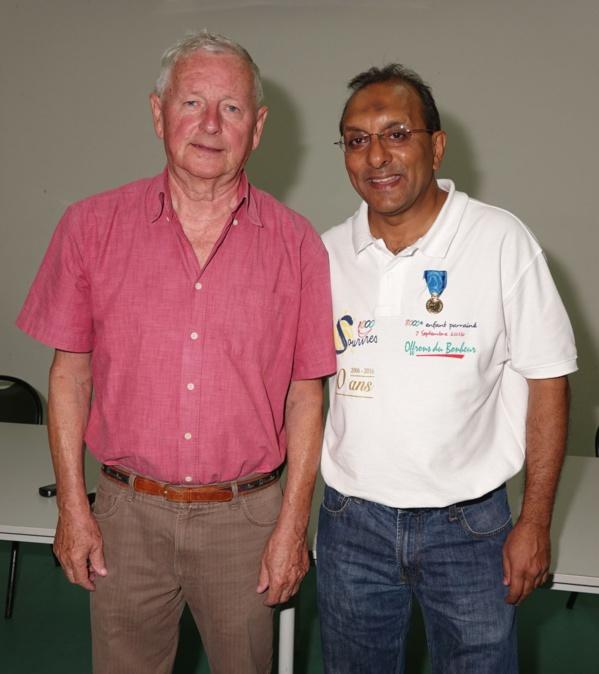 Claude Louis, Président du CRMJS a remis la médaille de bronze à Ibrahim Ingar,                               Président de l'Association 1000 Sourires