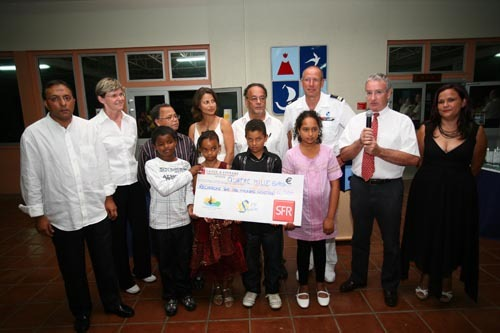 1000 sourires remet un chèque de don au profit de la recherche génétique