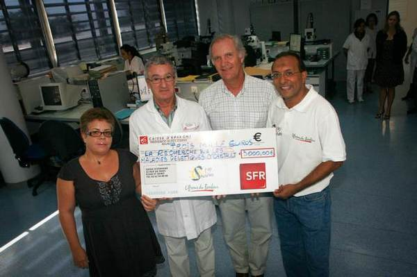 De gauche à droite : Jessie Canjamalé, responsable des relations partenaires SFR,  François Cartault, responsable du service génétique,  Bertrand Guillot, Président de SRR et Ibrahim Ingar, Président de l'association 1000 Sourires.