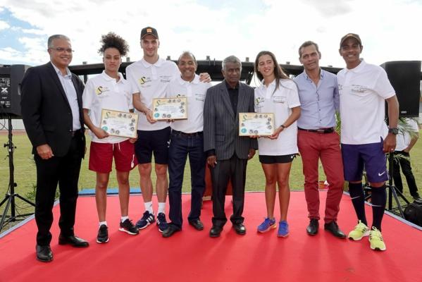 """<center> 10e édition de """"Foot en VIM"""" : <br>Thomas Meunier, Fabrice Abriel, Anissa Lahmari <br>et Maéva Salomon frappent la balle <br>avec les marmailles de 1000 Sourires"""