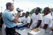 <center>Les marmailles de 1000 Sourires <br>découvrent le métier de gendarme à La Redoute