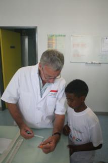 1000 Sourires s'associe à SFR pour offrir un chèque de 3000 €  à l'équipe de recherche du Docteur Cartault
