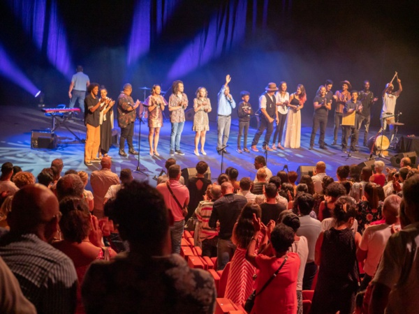 <center>Téat Champ Fleuri : Le public est venu nombreux pour soutenir l'association 1000 Sourires