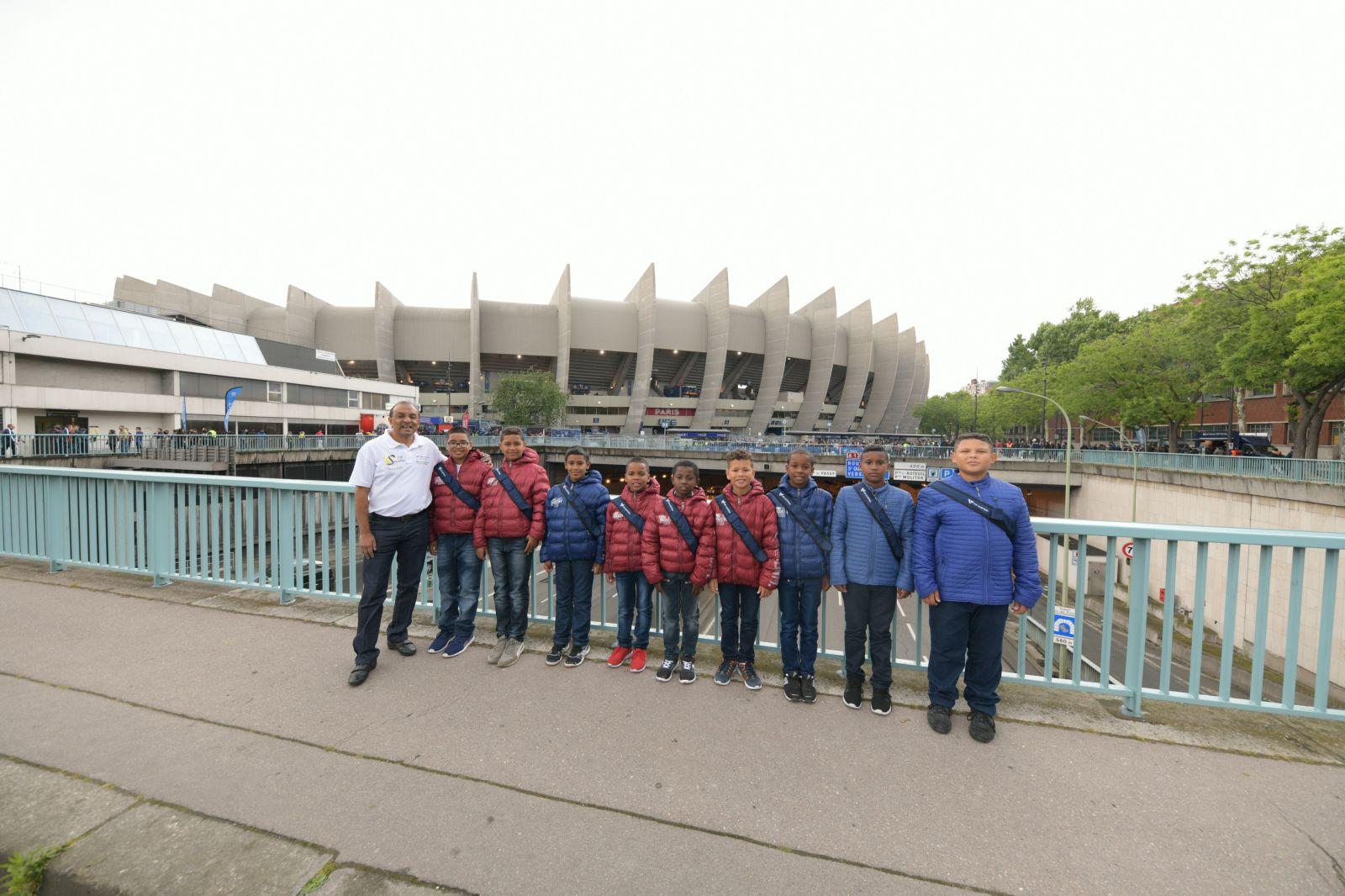 """<center>Jour 8 : """"S'envoler vers le Rêve  ..."""" <br>Les enfants de 1000 Sourires ont fait la fête   au Parc des Princes pour le sacre du PSG"""