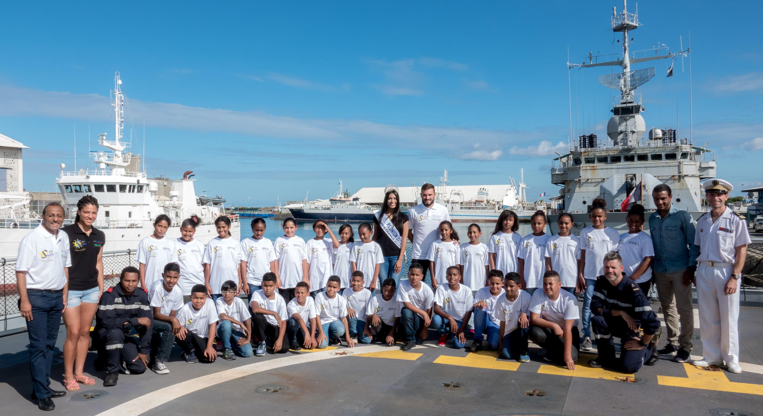 <center>Les marmailles  jouent les marins en herbe <br> avec la Marine Nationale