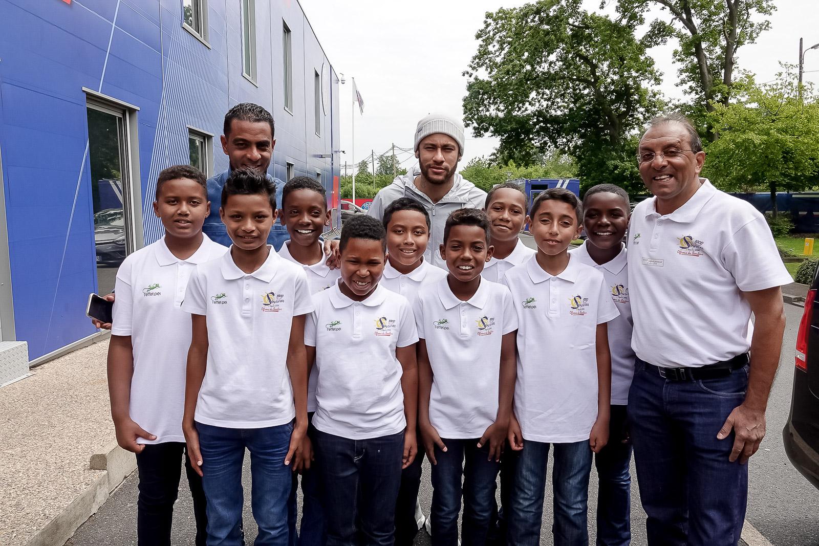"""<center>""""S'envoler vers le Rêve ...""""  <br> Jour 12 : Enzo, Samuel, Mathéo, Yannick et leurs petits camarades rencontrent <br> les stars du PSG au centre Ooredoo"""