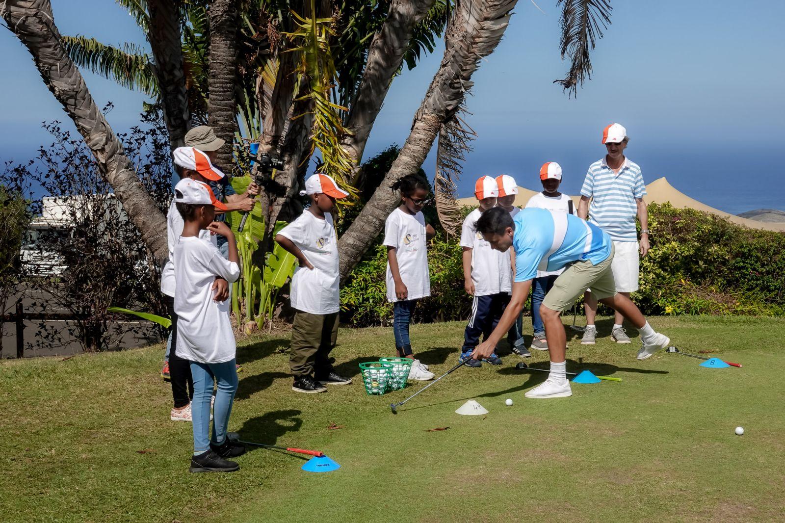 """<center>Les marmailles de 1000 Sourires<br> sur le """"green"""" du Golf du Bassin Bleu<br> avec le golfeur professionnel réunionnais <br>Christian Verrougstraete"""