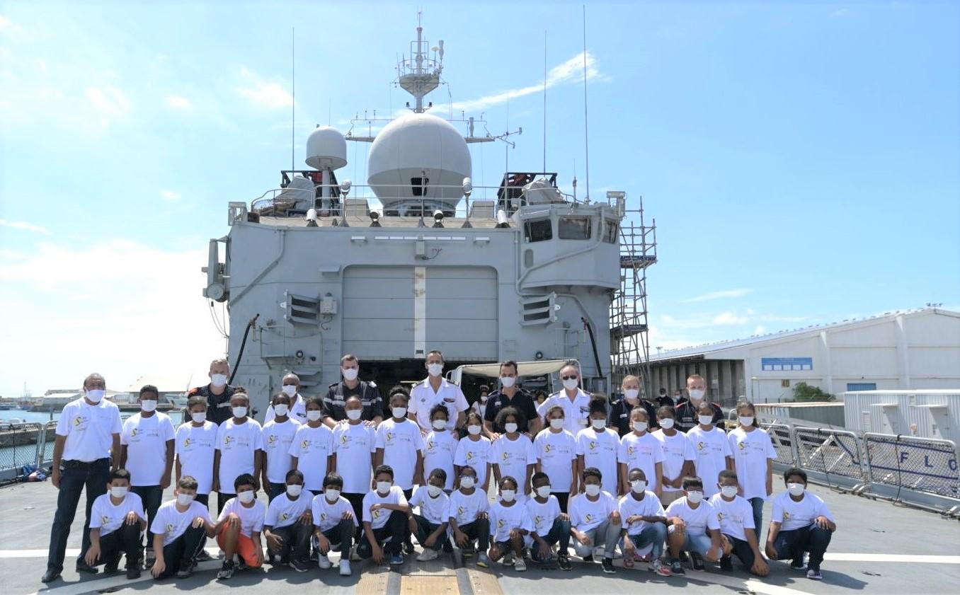<center>Un Noël sur le Floréal : <br>La Base Navale du Port des Galets offre <br>un beau cadeau aux marmailles de 1000 Sourires